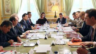 الرئيس الفرنسي فرانسوا هولاند خلال اجتماع مجلس الدفاع في باريس