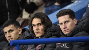 كافاني يتوسط ليناردو باراديس وجوليان دريكسلر (على اليمين) على مقعد البدلاء في ملعب بارك دي برانس يوم 12 يناير 2020