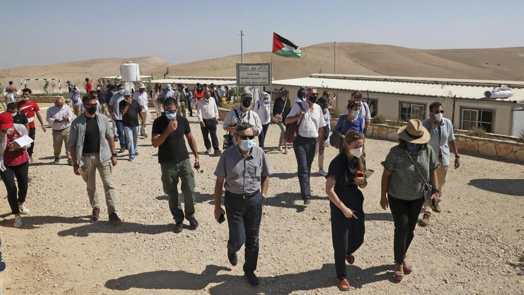 أعضاء من منظمة بتسيلم في الأراضي الفلسطينية