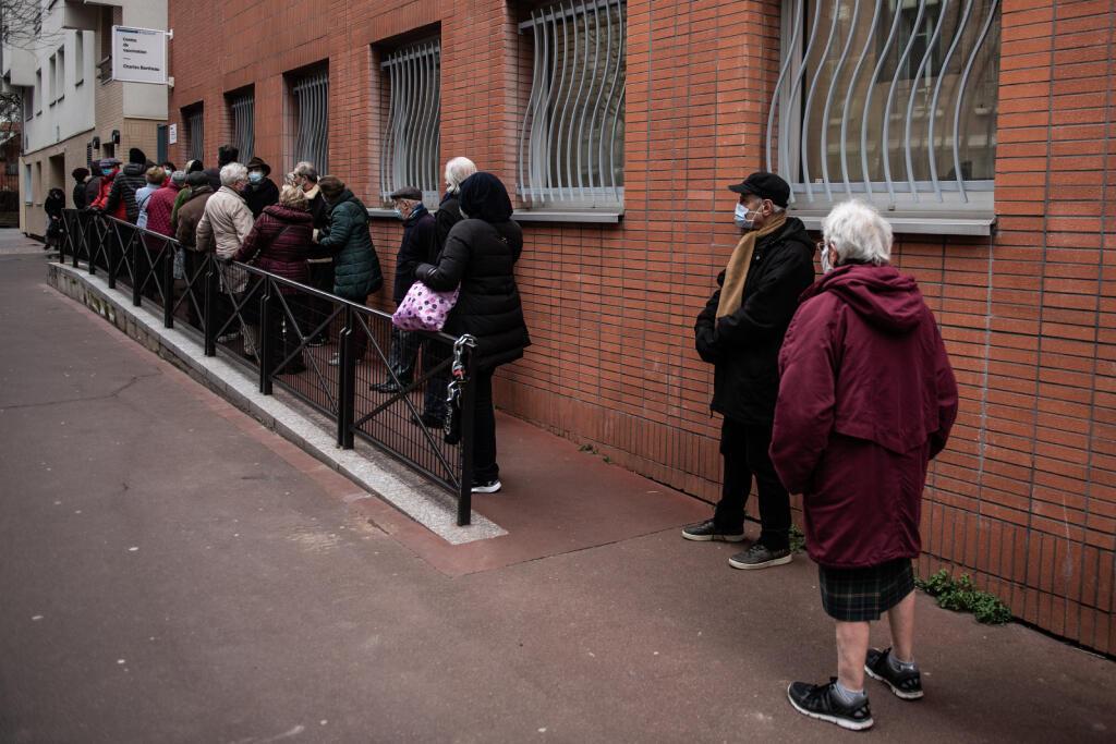 فرنسيون خارج مركز لتلقي لقاح كوفيد-19 في باريس في 15 كانون الثاني 2021