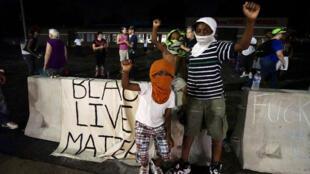 """متظاهرون أمريكان من أصل إفريقي يرفعون لافتة """"حياة السود مهمة"""" في الذكرة السنوية لمقتل مايكل براون"""