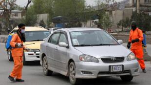 تعقيم سيارات في أفغانستان