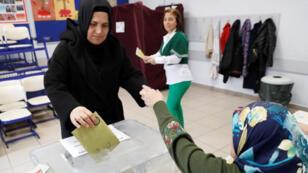 امرأة تدلي بصوتها في الانتخابات البلدية التركية في اسطنبول