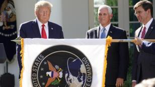 Trump,-soutient-le-drapeau-du-commandement-spatial-américain_-Mike-Pence_le-secrétaire_-Défense_reuters