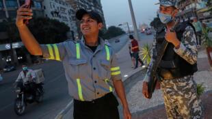 ضابط مصري يلتقط صورة سلفي تزامنا مع حظر التجول المفروض