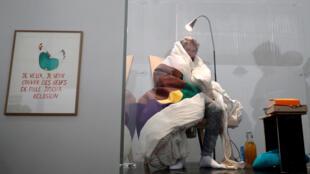 الفنان الفرنسي أبراهام بوانشيفال في محاولة للرقاد على بيض الدجاج في متحف قصر طوكيو- باريس