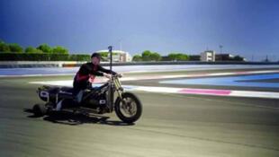 / فرانسو جيسي على متن الدراجة الصاروخية