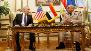 وزير الدفاع الأمريكي جيمس ماتيس (إلى اليسار) مع نظيره المصري صدقي صبحي في القاهرة يوم 20 أبريل نيسان 2017