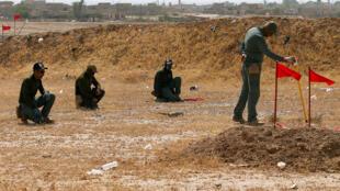البحث عن ألغام في الموصل