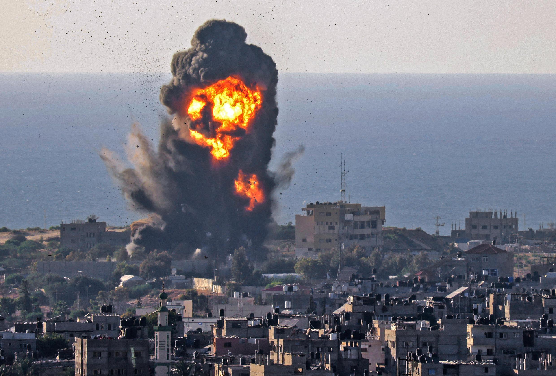 تصاعد الدخان من انفجار في أعقاب غارة جوية إسرائيلية على رفح جنوب قطاع غزة في 13 مايو 2021.