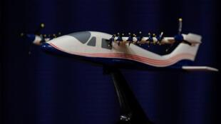 نموذج مصغر من طائرة إدارة الطيران والفضاء الأمريكية (ناسا) التجريبية الكهربائية بالكامل إكس-57 ماكسويل في قاعدة إدواردز الجوية بولاية كاليفورنيا الأمريكية -