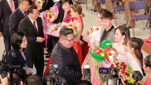184/5000 الزعيم الكوري الشمالي كيم جونغ أون يرافقه وزير الثقافة الصيني لوه شوغانغ يحضر عرضا مشتركا من قبل كوريا الديمقراطية والفنانين الصينيين في مسرح مانسودي للفنون في بيونغ يانغ