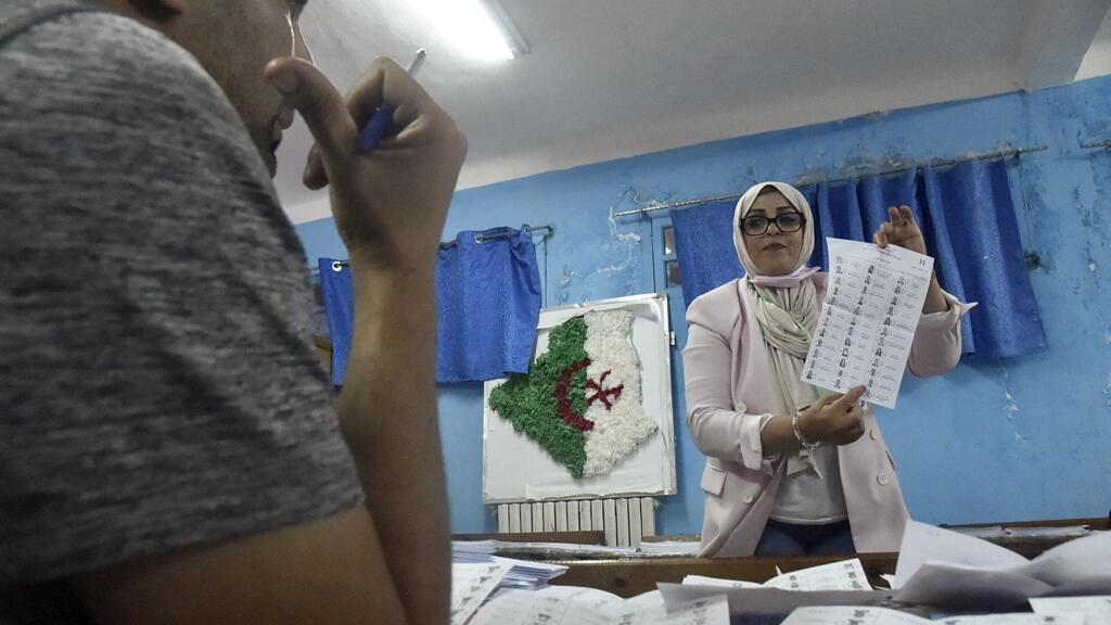داخل أحد مراكز الاقتراع في العاصمة الجزائر