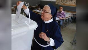 / راهبة تدلي بصوتها في الانتخابات العامة في لبنان