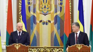 الرئيسين الأوكراني والبيلاروسي بيترو بوروشينكو و الكسندر لوكاشينكو في مؤتمر صحفي في كييف