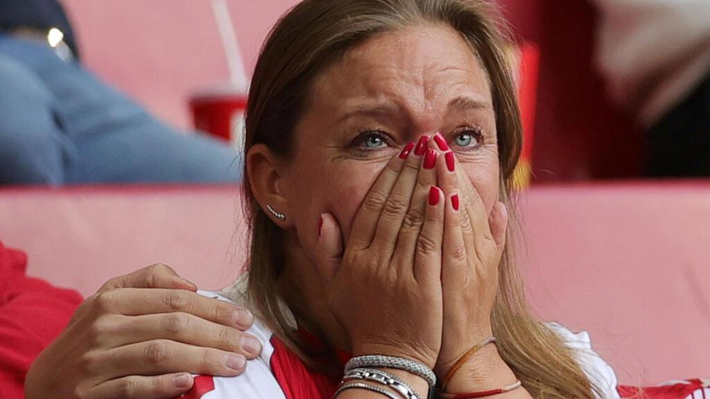 رد فعل مشجعة دنماركية عند سقوط كريستيان إريكسن خلال المباراة