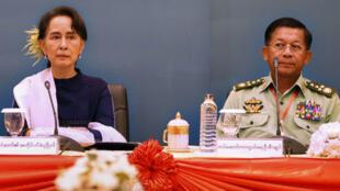 رئيسة الوزراء أونغ سان سو تشي برفقة قائد الجيش الجنرال مين أونغ هلينغ عام 2018