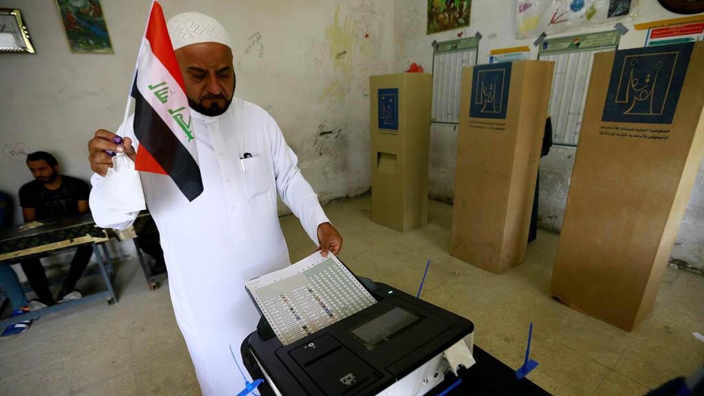مواطن عراقي يدلي بصوته في الانتخابات التشريعية العراقية صباح يوم السبت 12-05-2018