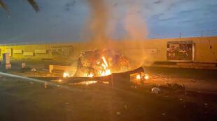 سيارة الجنرال الإيراني قاسم سليماني تحترق بعد غارة جوية أمريكية قرب مطار بغداد فجر يوم 3 يناير 2020