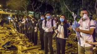 متظاهرون في هونغ كونغ يستعدون لمواجة الشرطة