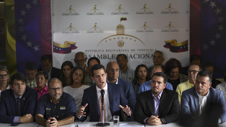خوان غايدو (وسط) يعقد مؤتمرا صحفيا في حي التاميرا في كاراكاس في 9 مايو 2019 اعتقل ضباط المخابرات الفنزويلية يوم الأربعاء زعيما بارزا في الجمعية الوطنية التي تسيطر عليها المعارضة