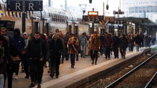 تعطّل حركة القطارات في فرنسا على إثر إضراب عام في القطاع