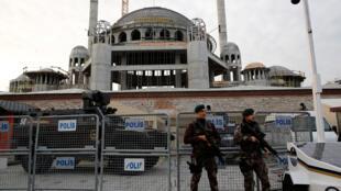 قوات الشرطة الخاصة التركية يقفون في ساحة تقسيم في وسط اسطنبول