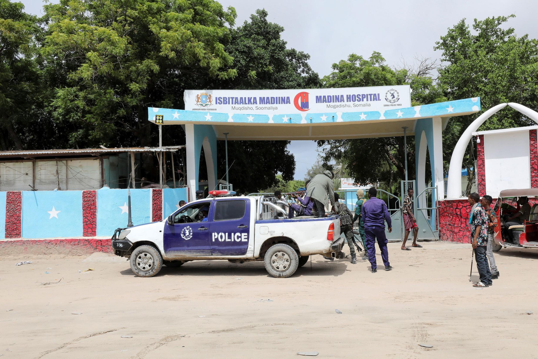 قوى الأمن الصومالية تصل أمام المعسكر الذي استهدفه الانفجار في مقديشو. 15/06/2021
