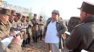 زعيم كوريا الشمالية يشرف على تدريب عسكري