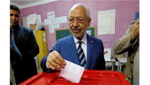 /زعيم حركة النهضة راشد الغنوشي يدلي بصوته في الانتخابات