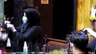 أم زينب أول امرأة تكسب عيشها من قص شعر الرجال في جنوب العراق