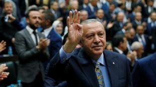 أردوغان يحيي أعضاء البرلمان من حزب العدالة والتنمية خلال اجتماع في البرلمان التركي في أنقرة يوم 23 أكتوبر 2018