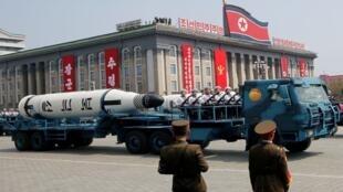 تحمل المركبات العسكرية صواريخ خلال عرض عسكري بمناسبة الذكرى 105 لميلاد الأب المؤسس لكوريا الشمالية ، كيم إيل سونغ ، في بيونغ يانغ ، كوريا الشمالية