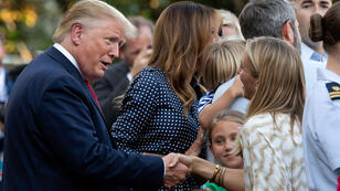 173/5000 الرئيس الأمريكي دونالد ترامب والسيدة الأولى ميلانيا ترامب يحييان الضيوف خلال نزهة الكونغرس في الحديقة الجنوبية للبيت الأبيض في واشنطن العاصمة ، 21 يونيو 2019.