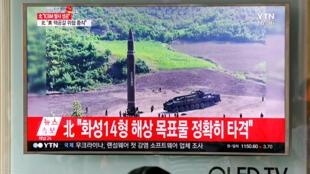 صورةصادرة عن التلفزيون الكوري الشمالي (كرت) لصاروخ هواسونغ -14 في محطة للسكك الحديدية في سيول