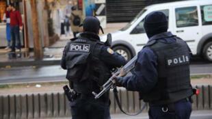 عنصران من الشرطة التركية