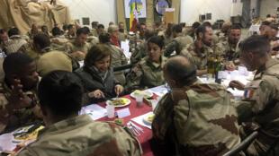 وزيرة الجيوش الفرنسية فلورانس بارلي تتناول العشاء مع جنود عملية باركان