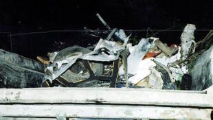 بقايا السيارة المفخخة في هضبة الجولان إثر تفجير انتحاري