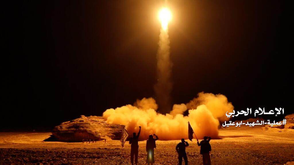 مقاتلون حوثيون يطلقون صاروخا بالستيا