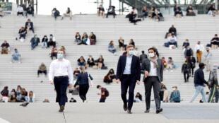 فرنسيون يلتزمون بوضع القناع في الأماكن العامة - باريس