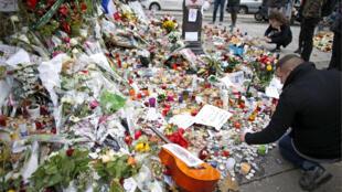"""زهور وشموع ورسائل للمواطنين أمام مسرح """"باتاكلان"""" في باريس تكريماً لضحاياه"""