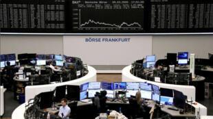 متعاملون أثناء التداول في بورصة فرانكفورت الألمانية