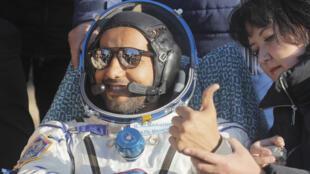 رائد الفضاء الإماراتي هزاع المنصوري بعد عودته إلى الأرض يوم 3 اكتوبر 2019