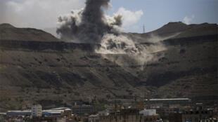 الدخان يتصاعد من مخزن للأسلحة بعد إصابته بالضربات الجوية في صنعاء 18-04-2015
