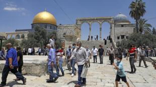 فلسطينيون بعد أداء صلاة الجمعة يغادرون المسجد الأقصى بالقدس يوم 10 يوليو تموز 2020