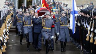 نقل تابوت السفير الروسي المقتول في تركيا، أندريه كارلوف من وزارة الخارجية الروسية في موسكو بعد حفل تأبين يوم 22 ديسمبر 2016