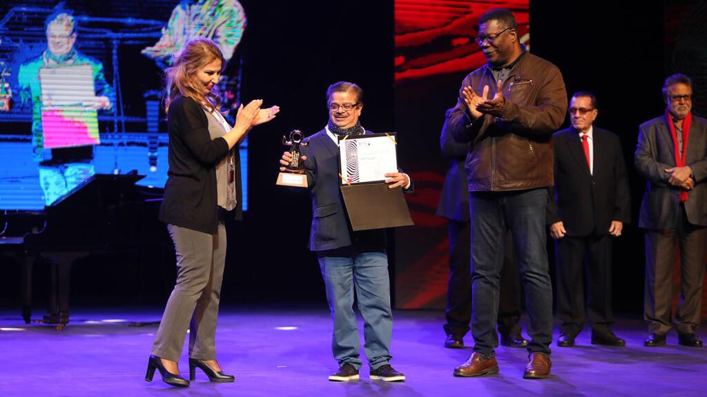 الفنان العراقي رائد محسن وهو يتسلم جائزة مهرجان قرطاج المسرحي في تونس-