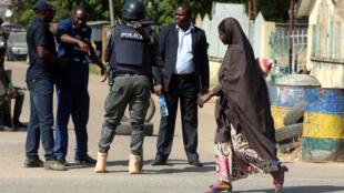 رجال أمن يقومون بفحص رجل بجانب المحكمة العليا في كادونا أثناء جلسة الاستماع لزعيم شيعي في نيجيريا
