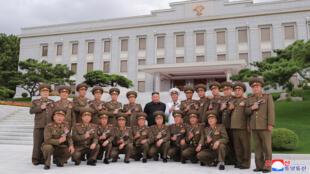 كيم جونغ أون مع جنرالاته في بيونغ يانغ