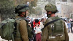 جنديان إسرائيليان أثناء احتفالات بعيد المساخر اليهودي